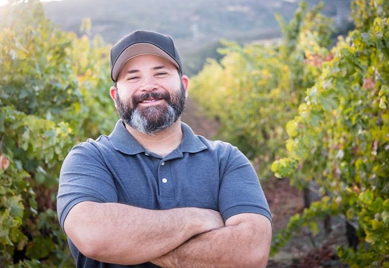 Strahlender Mann in Weingärten