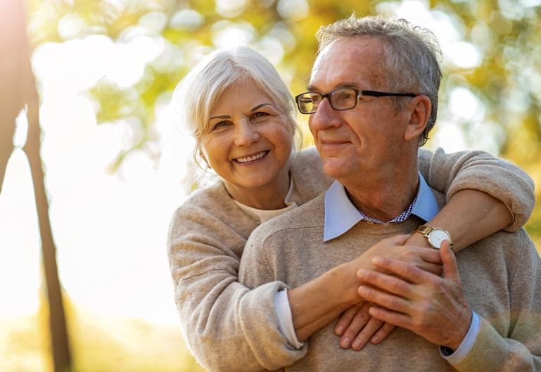 Älteres glückliches Ehepaar in Natur
