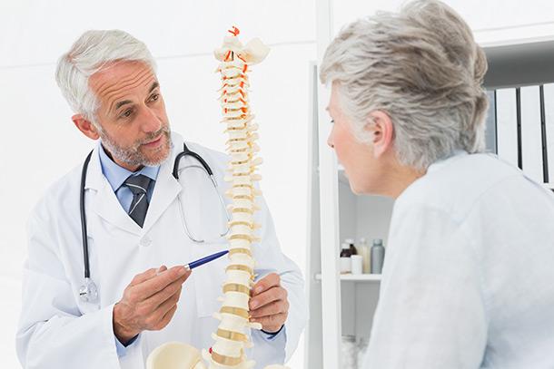 Doktor erklärt Rücken Nervenkanal älterer Frau